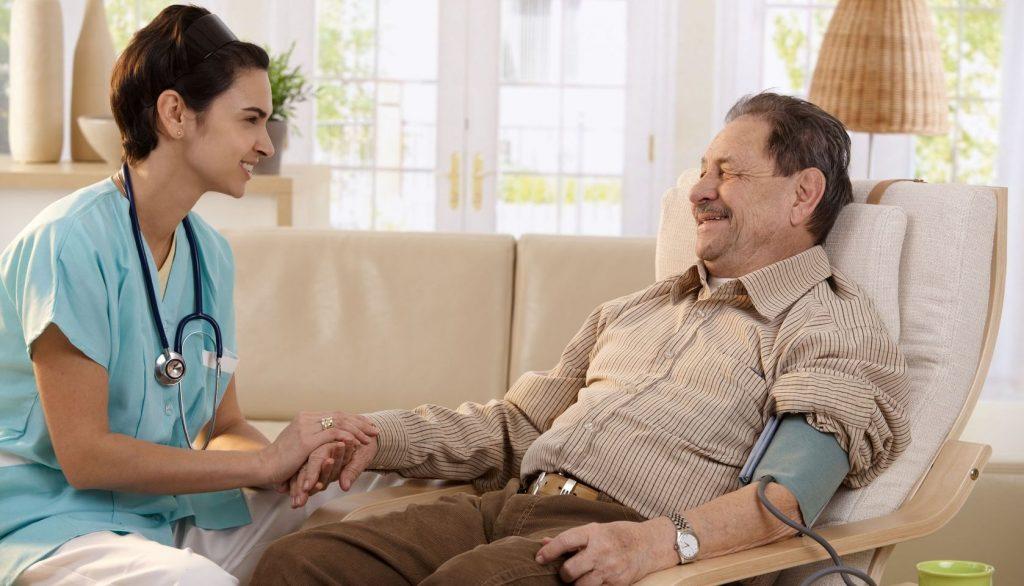 Hôpital ou «hôpital à domicile» – qu'est-ce qui convient le mieux aux personnes âgées?