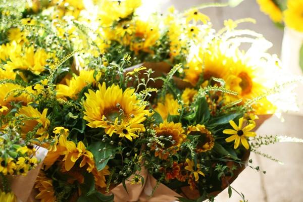 Comment décorer un gâteau de mariage avec des fleurs fraîches